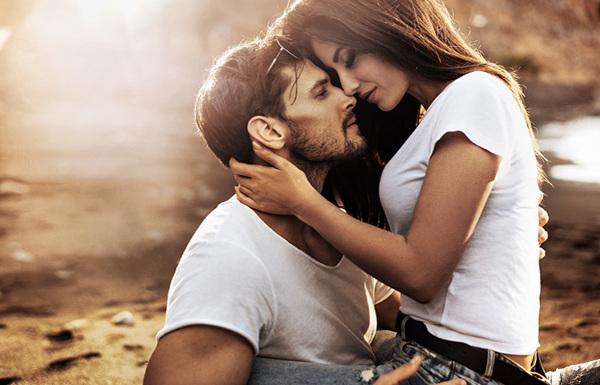 女性があなたから離れられなくなる魔法のキスの仕方
