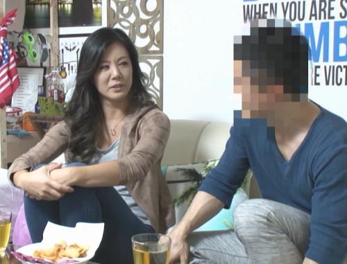 年下イケメンにナンパされ家に連れ込まれる大人の色気ある人妻!SEXの全てが盗撮されていた!?